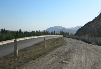Meeting point of the new asphalt 'detour road' with the unofficial detour route south of Chorkuh (Kyrgyzstan-Tajikistan border, 2013)
